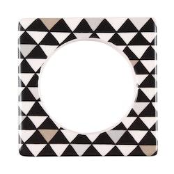 Change ljusmanchett från Cult design. Färg: Vit med ett målat mönster med trianglar i svart, beige och grått.