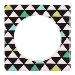 Change ljusmanchett från Cult design. Färg: Vit med ett målat mönster med trianglar i svart, grönt, lime och mörkgrönt.