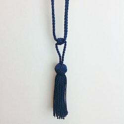 Tassel/gardinomtag med tofs från Gunnar Winter och systrar. Färg: Mörkblå.