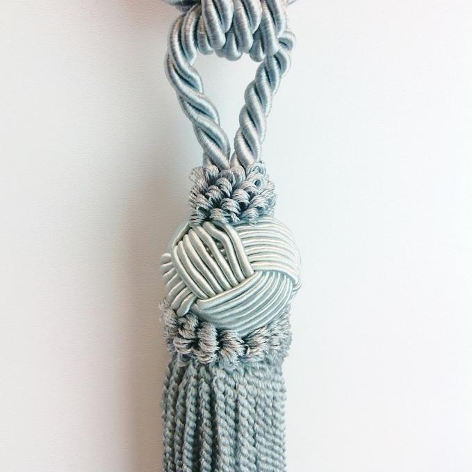 Tassel/gardinomtag med tofs från Gunnar Winter och systrar. Färg: Silvergrå.
