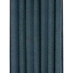 Boris ett gardinset med öljetter. Färg: Mörkblå.