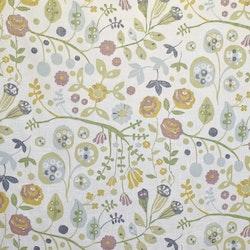 Julia 4 ett färdigsytt gardinset med öljetter. Färg: Vit med ett tryck i lila, gult, grönt och gråblått..