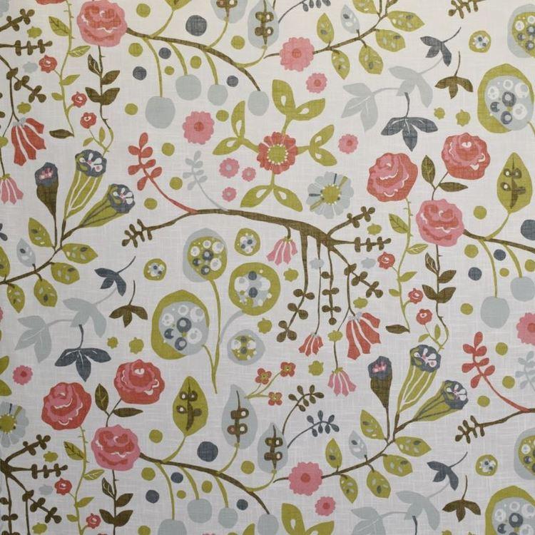 Julia 3 ett färdigsytt gardinset med öljetter. Färg: Vit med ett tryck i rött, rosa, grönt och gråblått.j