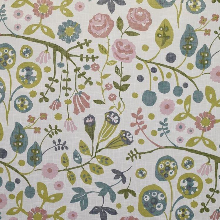 Julia 5 ett färdigsytt gardinset med öljetter. Färg: Vit med ett tryck i rosa, grönt och blått.