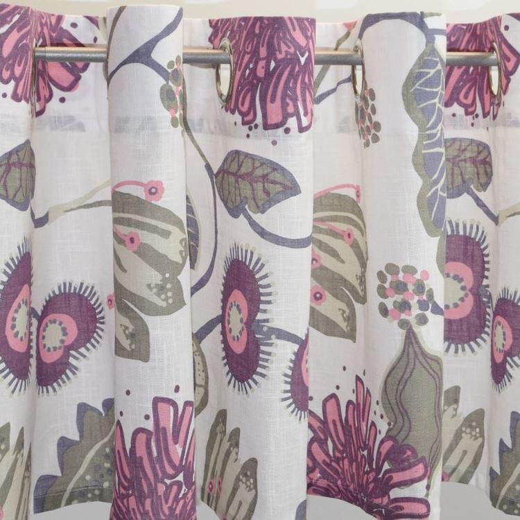Julia 1 ett färdigsytt gardinset med öljetter. Färg: Vit med ett tryck i rosa, lila, beige och grönt.