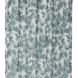 8062 ett gardinset med öljetter. Färg: Vit skir gardin med tryckta gröna blad.