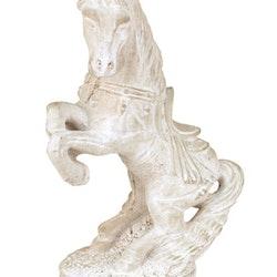 Häst i betong. Färg: Grå.