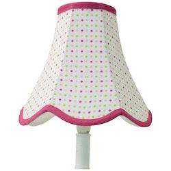 Doris en lampskärm från Boel & Jan med vågad kant. Färg: Vit med prickar i grönt, mörk och ljusrosa och med rosa kantband.