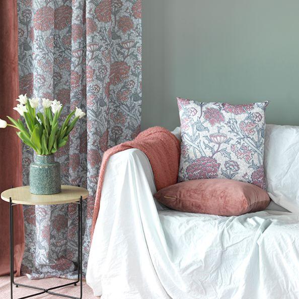 Margo ett gardinset med multiband från Noble house. Färg: Grått och rosa.
