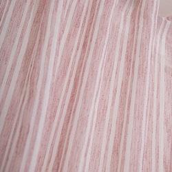 Sundborn ett gardinset med multiband. Färg: Vit med vävda röda ränder.