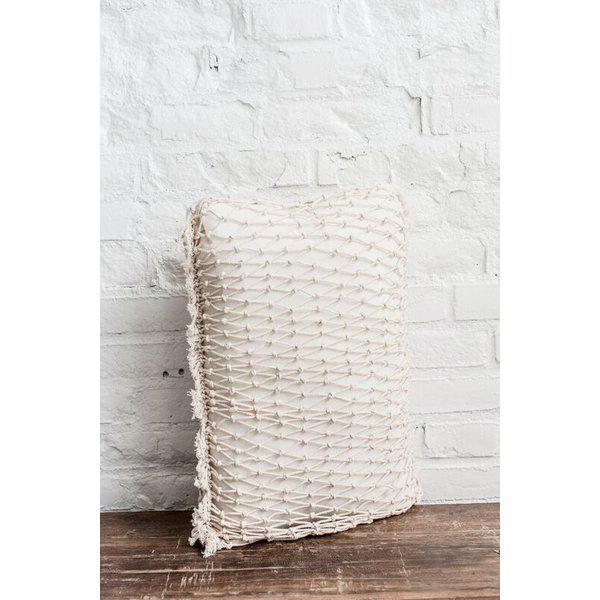 Macrame prydnadskudde från Jakobsdals textil. Färg: Off-white.