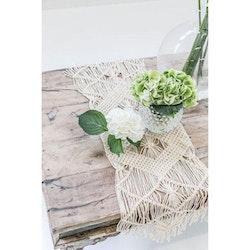 Macrame bordslöpare från Jakobsdals textil. Färg: Off-white.