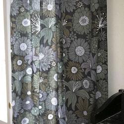 Fiona ett härligt gardinset med multiband. Färg: Svart med gröna och grå blommor.