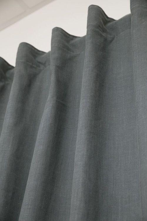 Enzyme ett gardinset i tvättad bomull. Färg: Grå.