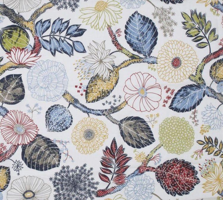 Britta ett gardinset med multiband. Färg: Vit med ett multifärgat blommönster.