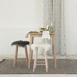 Acorn ett härligt gardinset med multiband. Färg: Grå med vita blad och bruna och svarta ekollon.