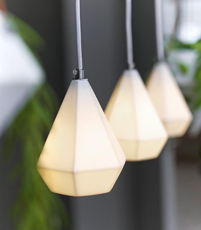 Polydrop en lampa från Cult design. Färg: Vit.