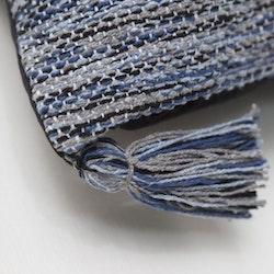 Indo en bomullsmatta med härliga tofsar. Mått: 70 x 140 cm. Färg: En melerad matta i blåa toner.