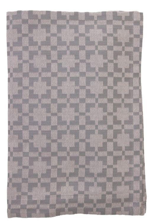 7726-85-005 Duk i en jaquardvävd bomull. Färg: Rosa och grå. Mått: 140 x 250 cm.