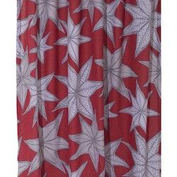 Julestjärn ett julgardinset med multiband. Färg: Röd med med grå julstjärnor. Mått: 2 x 115 x 240 cm.