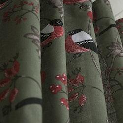 Domherre ett julgardinset med multiband. Färg: Skogsgrön med ett Domherremönster. Mått: 2 x 115 x 240 cm.
