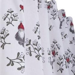 Misteltomten ett julgardinset med tomtar och multiband. Färg: Vit med ett mönster i grått, rött och grönt. Mått: 2 x 115 x 240 cm.