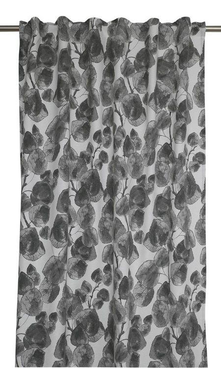 Blader ett gardinset med multiband. Färg: Off-white med blad i grå toner.