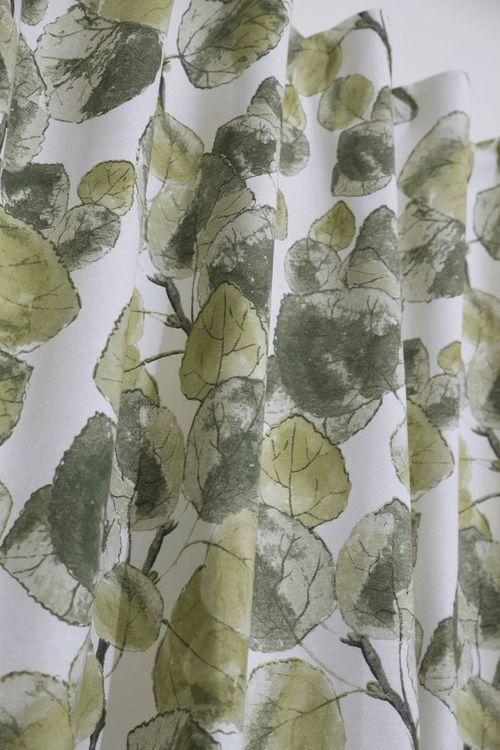 Blader ett gardinset med multiband. Färg: Off-white med blad i gröna toner.