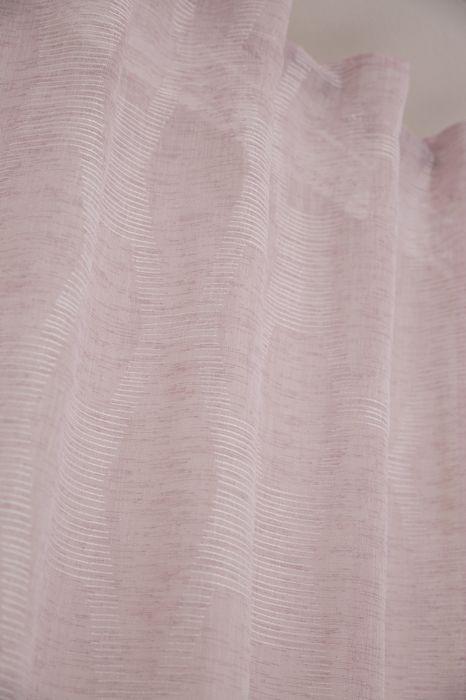 Mild ett skirt gardinset med multiband. Färg: En mild rosa ton med ett vävt mönster.