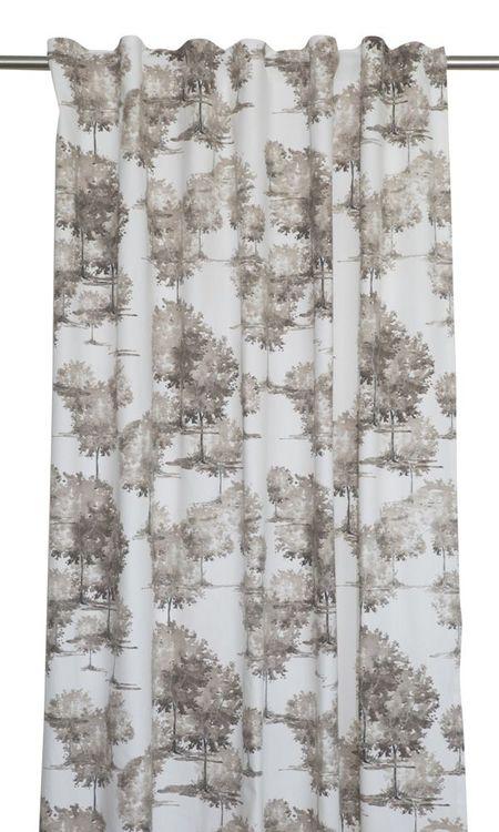 Forest ett gardinset med multiband. Färg: Off-White med ett skogsmönster i beige och brunt.