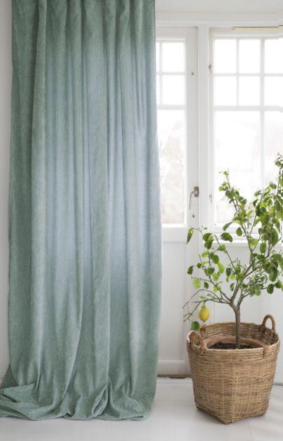 Soft ett gardinset i dubbelsidig melerad sammet. Färg: Ljusgrön 007.