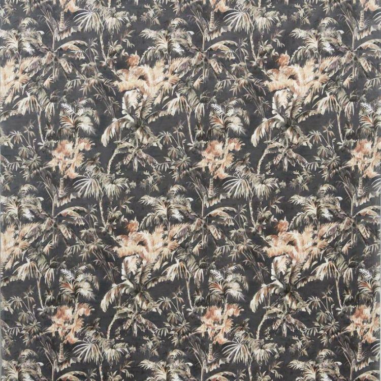 Plantation är en gardinlängd i sammet med multiband. Färg: Svart med med ett tropiskt mönster i rost, beige och grönt.