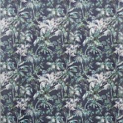 Plantation är en gardinlängd i sammet med multiband. Färg: Mörkblå med ett tropiskt mönster i gröna, beiga och vita toner..