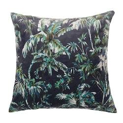 Plantation ett kuddfodral i sammet. Färg: Mörkblå med ett tropiskt mönster i gröna, beiga och vita toner.