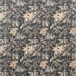 Plantation ett kuddfodral i sammet. Färg: Svart med ett tropiskt mönster i beiga, gröna och rosttoner.