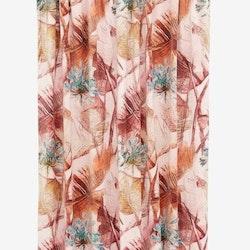 Temptation är en gardinlängd i sammet med multiband. Färg: Dimrosa botten med ett tryck i gröna, guldiga och bruna toner.