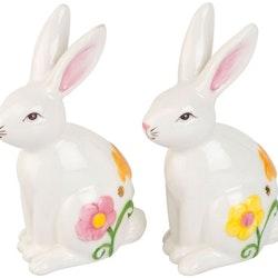 Paulinas tvillingar är ett set med två söta påskharar från Cult design. Färg: Vita med gula, rosa, lila och orange blommor.