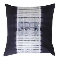 Batik ett kuddfodral i ett härligt batikmönster. Färg: Blått och vitt med ett batikmönster.