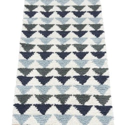 Tripple 70 x 200 cm är ryamatta med ett grafiskt mönster, Färg: Vit med ett mönster av trekanter i blått, ljusblått och grönt.