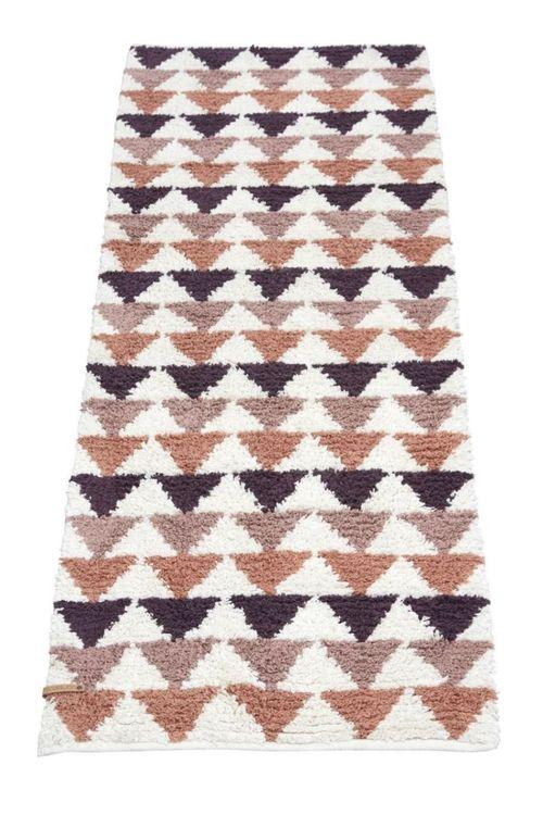 Tripple 70 x 200 cm är ryamatta med ett grafiskt mönster, Färg: Vit med ett mönster av trekanter i rosa, plommon och rost.