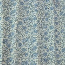 Pionee är ett gardinset med multiband. Färg: Vit med ett blått blommönster.