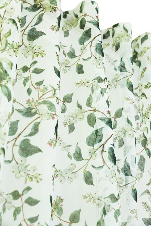 Sorbus är ett skirt gardinset med multiband. Färg: Vit med vita bär.