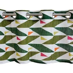 8097-57-077 en färdigsydd gardinkappa med öljetter. Färg: Vit med ett retromöster i gröna och rosa toner.