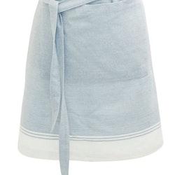 Wavelvet ett förkläde i bomull. Färg: Ljusblått och vitt. Mått: 50 x 70 cm. Material: 100% bomull.