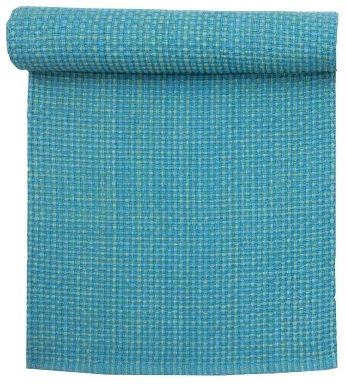 6419 är en grovt vävd bomullslöpare. Färg: Aqua. Mått: 35 x 120 cm.