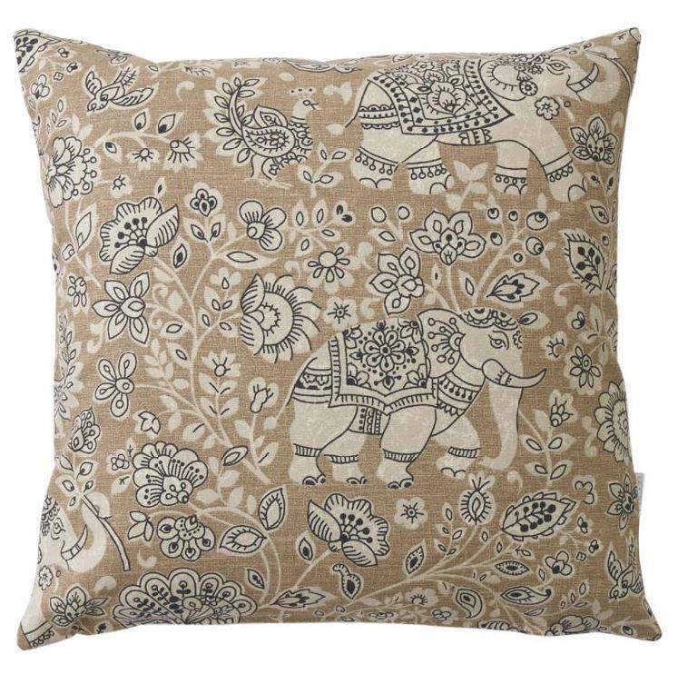 Indira ett kuddfodral i 100% bomull. Färg: Beiga toner med ett indiskinspirerat mönster.