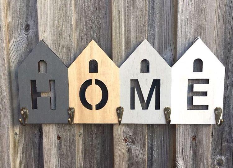 Home en hängare med 5 krokar. Färg: Grå, trä, mörkgrå och vit. Mått: B 38, H 16 cm.