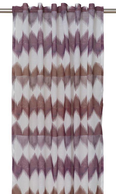 8652-20-087 ett gardinset multiband. Färg: Vit med ett plommonfärgat mönster.