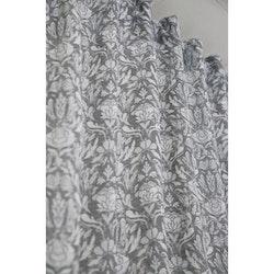 Morris ett gardinset med dolda hällor. Färg: Grå med ett vitt Morrisinpirerat mönster.