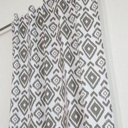 Afrika ett gardinset med dolda hällor. Färg: Vit med ett härligt afrikansk mönster i grått.